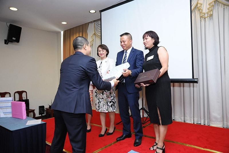 Diễn giả trao quà tặng cho thành viên